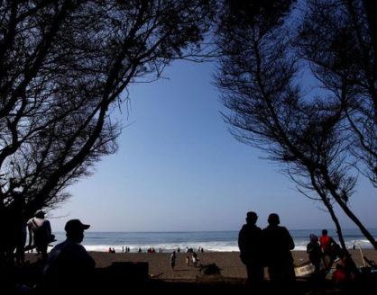 objek wisata pantai goa cemara bantul jogja 418x328 » Kenali 3 Keunikan Pantai Goa Cemara, Wisata Panorama Khas Twilight Saga